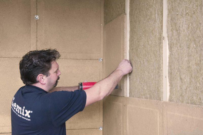 Lehmbauplatte auf einer Holzunterkonstruktion mit dem Klammernagler befestigen Foto: Hart Keramik