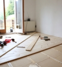 Verschraubung des Fichte-Dielenbodens auf der Unterkonstruktion. Foto: Rüdiger Sinn