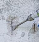 Lose Betonteile abstemmen und Stahl freilegen Foto: Saint-Gobain Weber