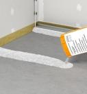 Für die Schüttung werden zunächst 2 parallele, etwa 20 cm breite Dämme aufgeschüttet und mit einer Niveauschiene ausgerichtet. Foto: fermacell
