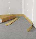 Bevor die Ausgleichsschüttung eingebracht wird, muss entlang der Wände ein Randdämmstreifen verklebt werden. Foto: fermacell