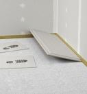 Zum Verlegen der Trockenestrichplatten auf einer Schüttung können kleinere Gipgsfaserplatten (50x50) als Laufinseln dienen. Foto: fermacell