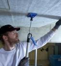Die relativ großen Brandschutz-Dämmplatten mit Hilfe eines Deckenhalters befestigen Foto: Deutsche Rockwool Mineralwoll GmbH & Co. OHG