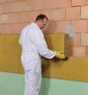 Die Dämmplatten können nun an die Wand geklebt werden. Foto: Saint-Gobain Weber