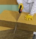 Die Dämmplatten des WDVS werden beispielsweise mit einem Dämmstoffmesser zugeschnitten. Foto: Saint-Gobain Weber