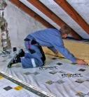 Die Dämmmatten, -platten oder -filze müssen sorgfältig bis an die Kante verlegt werden. Foto: Isover