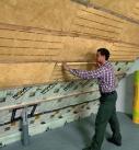 Ist die Dämmebene sehr gering, können die relativ dünnen Matten beispielsweise mit Untersparrenmontagebügeln oder -montagestreifen in ihrer Lage fixiert werden. Foto: Isover
