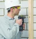 Die senkrechte Holzlattung wird an der Fassade befestigt. Foto: Isover