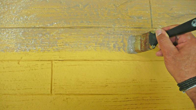 Sehr Putz lässt sich mit wenig Aufwand in Bretterwand-Optik strukturieren YK76