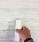 Die Oberfläche mit einem Strukturkamm maserigeren. Foto: Baumit