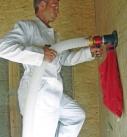 Die Zelluloseflocken werden über einen Schlauch in die Wand geblasen. Foto: climacell