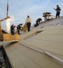 Holzfaserdämmplatten als Aufsparrendämmung auf dem Dach. Foto: GUTEX