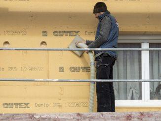 Der Einblasschlauch wird in die Löcher gesetzt, das Material eingeblasen. Foto: GUTEX