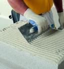 Der Klebemörtel wird auf die Platte aufgetragen. Foto: Saint-Gobain Weber
