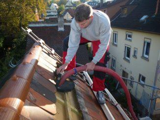 Gehäckselte Neptunbälle aus Seegras werden in das Dach eingeblasen. Foto: NeptuGmbH