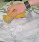 Die Lasur kann mit einem Schwamm aufgetragen werden. Foto: Baumit