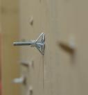 Der aufgespreizte Dübel auf der Rückseite der Wand. Foto: Carlotta Greve
