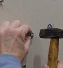 Den Metallhohlraumdübel mit dem Hammer einschlagen. Foto: Carlotta Greve