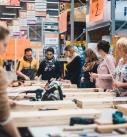 Die Hornbach-Mitarbeiter und Mitarbeiterinnen erklären den Heimwerkerinnen die einzelnen Arbeitsschritte. Foto: Hornbach