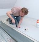 Nach dem Verkleben werden die Trockenestrichelemente verschraubt oder geklammert. Foto: Fermacell GmbH