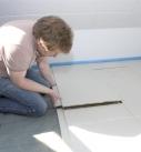Trennfolie zwischen Fußbodenheizung und Estrichelementen verlegen. Foto: Fermacell GmbH