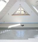 Die Trockenestrichelemente werden auf dem Fußbodenheizsystem verlegt. Foto: Fermacell GmbH