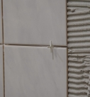 Fliesenkreuze können das Verlegen erleichtern. Foto: Carlotta Greve