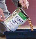 Zur Verarbeitung das Öl in eine Farbwanne gießen. Foto: Auro