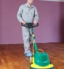 Den Holzboden mit der Einscheiben-Poliermaschine bearbeiten. Foto: Auro