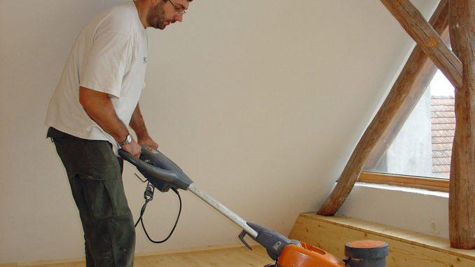 Der Holzboden wird abgeschliffen. Foto: Auro