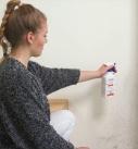 Zunächst Alkohol, Wasserstoffperoxid oder speziellen Schimmel-Entferner auf die Wand aufsprühen. Foto: Auro