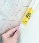 Folienüberhang zu einer Schlaufe falten. Foto: Isover