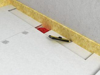 Der Randdämmstreifen wird im Bereich der Ablaufrinne wieder entfernt. Foto: Fermacell GmbH