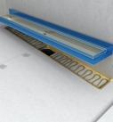 Die Edelstahlrinne wird eingesetzt und verklebt. Foto: Fermacell GmbH