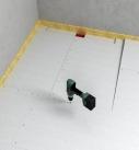 Die Estrich-Gefälleplatten werden untereinander verschraubt. Foto: Fermacell GmbH