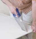 Die Gipsfaserplatte kann auch mit dem Fuchsschwanz bearbeitet werden. Foto: Fermacell GmbH