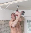 In die Gipsfaserplatten werden die Löcher für die LED-Spots gebohrt. Foto: Fermacell GmbH