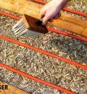 Hanf-Lehm-Schüttung zur Schalldämmung in Holzdecken mit Fußbodenheizung. Foto: Hinfahre Uckermark eG