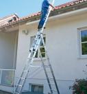 Auch eine stabile Mehrzweckleiter lässt sich für die Reinigung der Dachrinne benutzen. Foto: Günzburger Steigtechnik