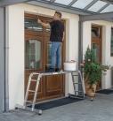 Vielzweckleitern lassen sich auch als Arbeitsbühne nutzen. Foto: Günzburg Steigtechnik