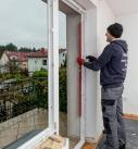 Der neue Fensterrahmen muss ausgerichtet werden. Foto: Drutex