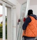 Nun können die Fensterflügel eingehängt werden. Foto: Drutex