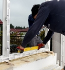 Der neue Fensterrahmen wird eingesetzt und ausgerichtet. Foto: Drutex