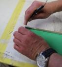 Mit Spachtel oder Skalpell die Silikonform anheben. Foto: Baumit