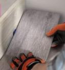 Die Planke des Vinylbodens einpassen. Foto: Tarkett
