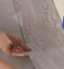 Die Planken des Vinylbodens an der kurzen Seite zusammenklicken. Foto: Tarkett