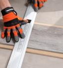 Die richtige Länge auf der Planke anreißen. Foto: Tarkett