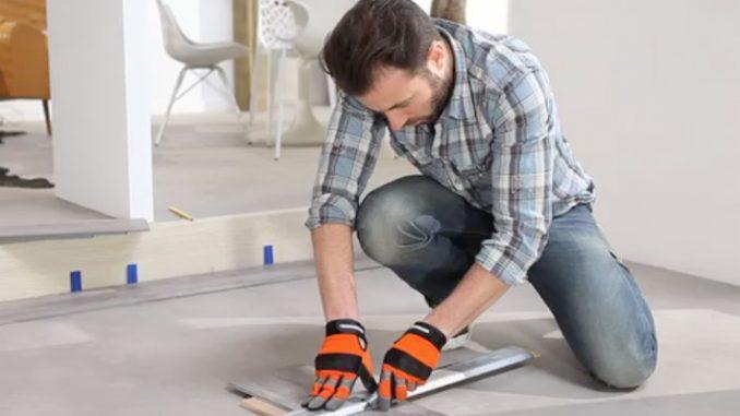 Die Planke auf die passende Länge mit dem Teppichmesser zuschneiden. Foto: Tarkett