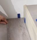 Die erste Reihe des Vinylbodens mit Abstandhaltern verlegen. Foto: Tarkett