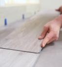 Die Planke an der langen und kurzen Seite einpassen. Foto: Tarkett